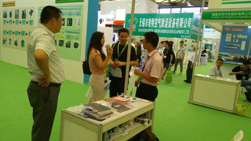 国际客户与裕丰碳纤维工作人员交流