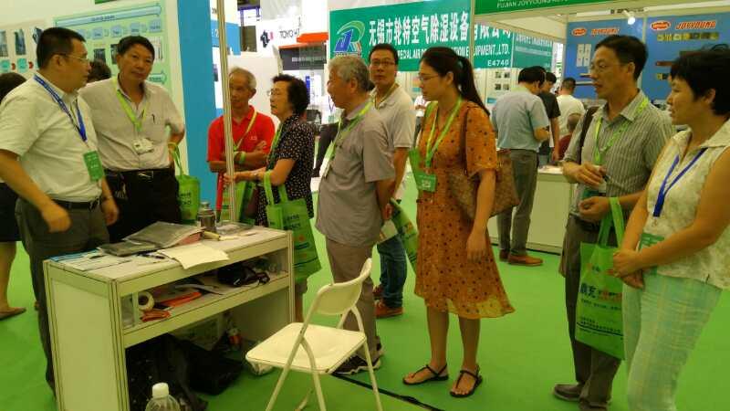 客户参观裕丰碳纤维展台